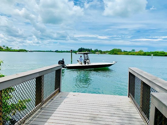 Osprey, FL: There's an exterior dock to board your boat which also is good to see a close up of water traffic around the Blackburn Point Swinging Bridge.