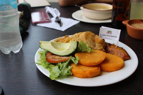 Кито, Эквадор: Delicious chicken, plantain, avacado, and llapangachos at Biloxi
