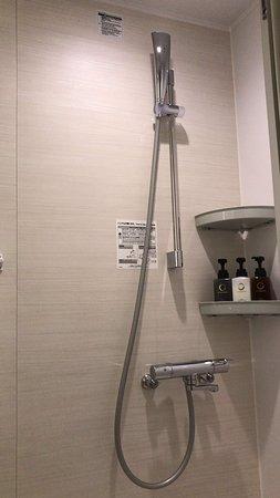 シャワーヘッドとシャンプー類