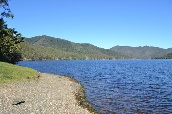 Gympie Region, ออสเตรเลีย: Borumba Dam just a few minute drive from campgrounds.