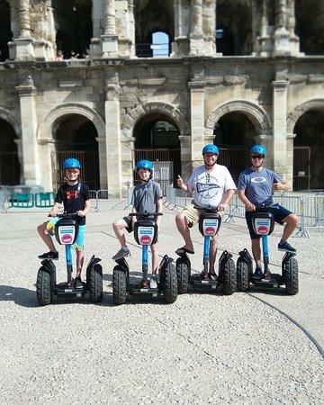 Super famille canadienne de passage à Nîmes 😉😎