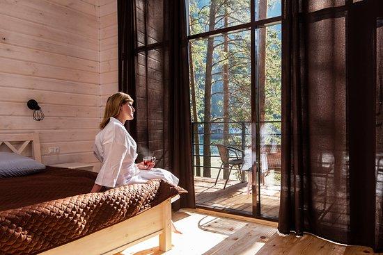 Коттедж с панорамными окнами - комфорт на природе. В любую погоду можно из теплого номера любоваться великолепием алтайских гор, слушать шум горной реки и наслаждаться рассветами. Особое удовольствие проснуться с первыми лучами солнца, пробивающимися сквозь плотную штору. Начинается ваш новый лучший день в горах Алтая.
