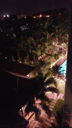 Meme piscine a 20h30 du 4e étage toujours utilisée par quelqu'un en teeshirt noir quand le reglement impose maillot de bain et ferme a 20h00