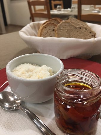 Locanda San Cipriano: Pane integrale fatto in casa e condimenti per fusilli con peperoni bruschi e mollica di pane fritta.