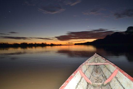 Loreto Mocagua, Colombia: Hay cosas en la vida que no tienen precio una es navegar por el amazonas en la noche con un guia de la comunidad de Mocagua  grande amazonas.