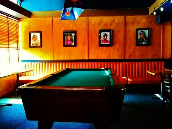 Nick's Pizza and Sports Bar: Pool table in the game room