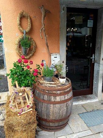 Kobarid, Slovenia: Caporetto graziosa cittadina con negozi artigianali e osterie e bar