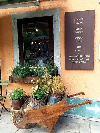 Kobarid, Slovenia: Negozi a Caporetto