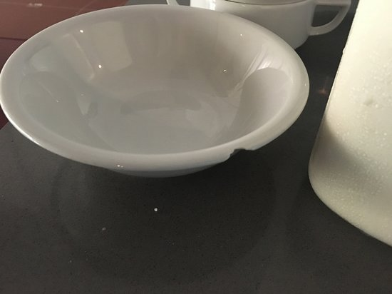 Lanchid 19, Budapest: chipped bowl at breakfast buffet - there were no other ones available and no staff to attend to it