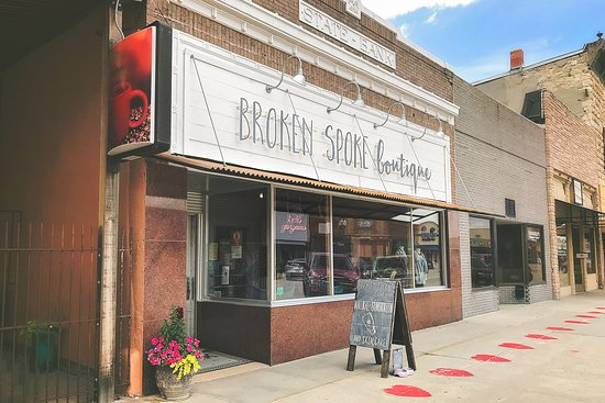 "วาเลนไทน์, เนบราสก้า: The exterior of Broken Spoke Boutique, located in the fully remodeled and restored historic ""Nebraska State Bank"" on Valentine, Nebraska's charming Main Street."