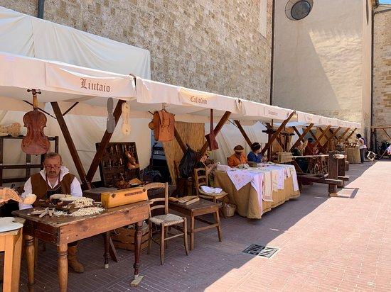 La ricostruzione delle vecchie botteghe artigianali del medioevo ai lati del Duomo