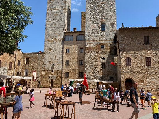 Ai lati del Duomo ci si può sfidare nei giochi antichi in legno