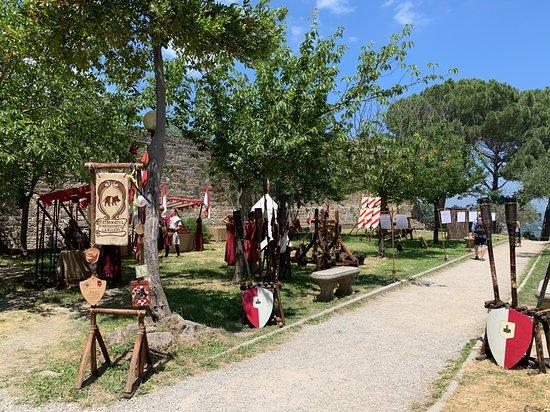 Alla Rocca c'è una ricostruzione mediovale riguardante le vecchie armi e armature