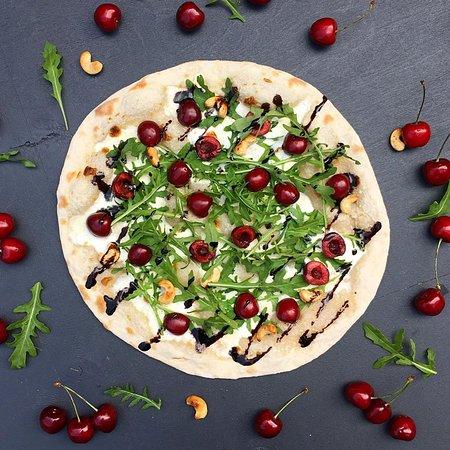 Пицца с черешней и рукколой