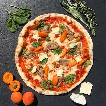 Пицца со свиной вырезкой и абрикосами