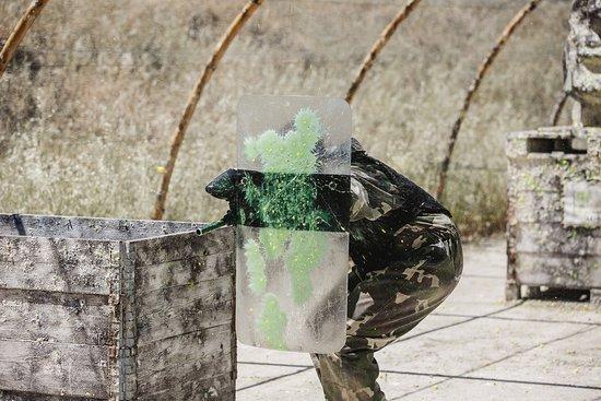 Cubriendose de bolazos de Paintball con escudo