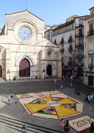 Province of Cosenza, อิตาลี: Infiorata in Piazza Duomo a Cosenza per la Processione Eucaristica del Corpus Domini