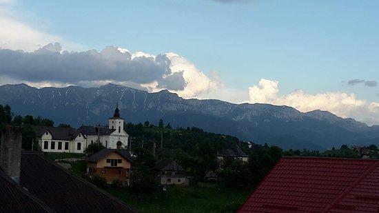 Dorfkirche in Magura mit Bucegi im Hintergrund