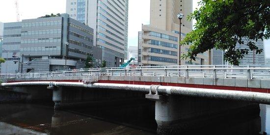 桜木町駅から馬車道駅に向かう本町通りの大岡川にかかる橋で全長54.4m、幅27mです。