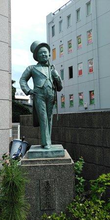 美空ひばりの幼少期のころの銅像。なぜ寿司屋の前にあるのか不明です。
