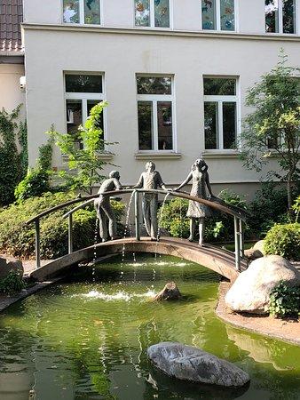 Meerbusch, ألمانيا: Fonte ao lado do prédio