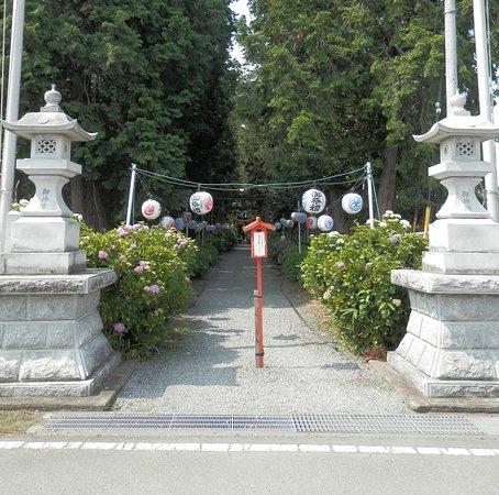 南側に神社の入り口があります
