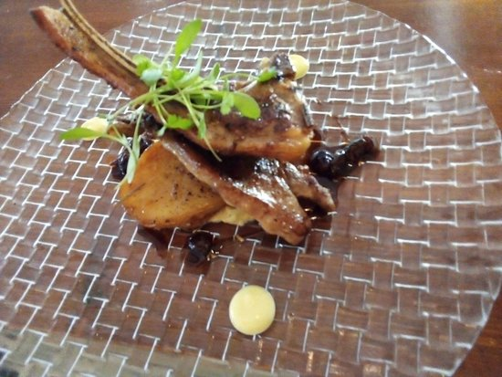 Suggestion du Chef: Côtelettes d'agneau avec leur réduction de Martini rouge et raisins secs, caviar d'aubergine et pommes de terre rôties.