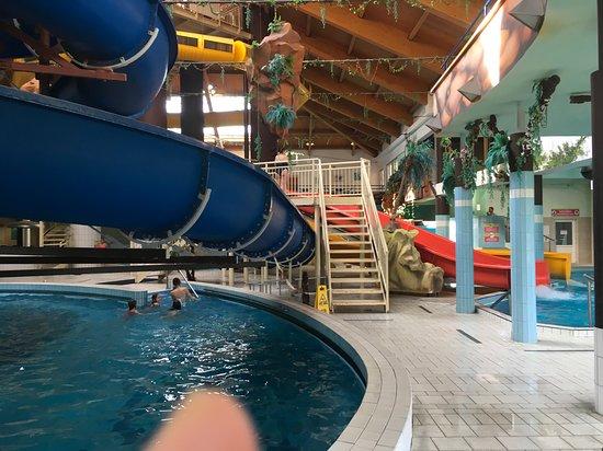 """Зал  со всевозможными горками такими как камикадзе и др, басейн с холодной водой, где каждый час на 15 минут """"включают волны"""""""