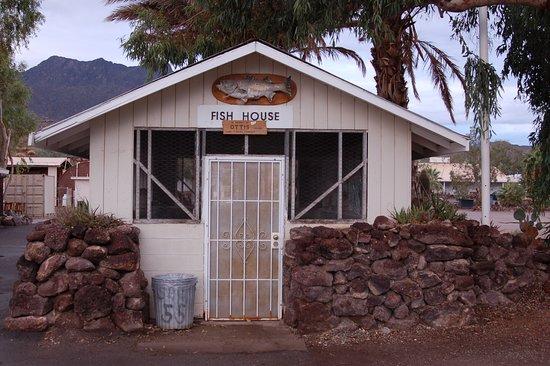 Parker Dam, Kalifornie: fish cleaning house