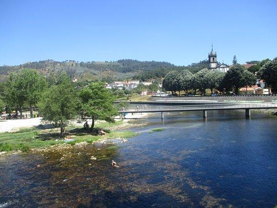 Arcos de Valdevez, โปรตุเกส: Uma bela praia banhada pelo lindo e  tranquilo rio Vez