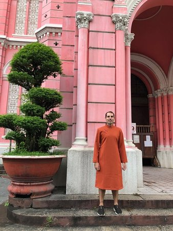 Ao Dai still retains traditional beauty and original form not only to the eyes of Vietnamese but also to the eyes of foreign visitor.