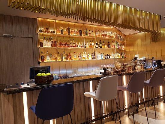 Espace bar dans le hall très moderne.
