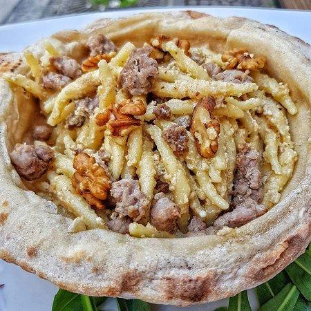 Alleria Pizzeria: Cestino di pizza noci ricotta e salsiccia