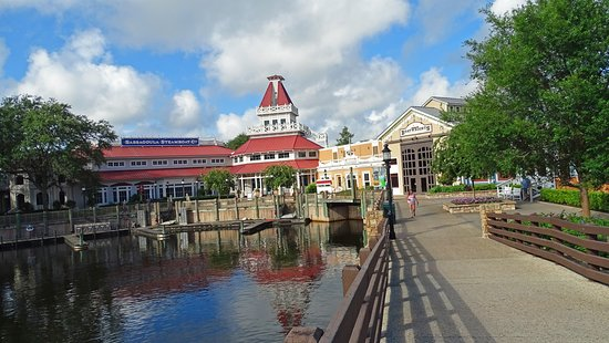 Disney's Port Orleans Resort - Riverside: The main building has resort check in , dining and shopping.