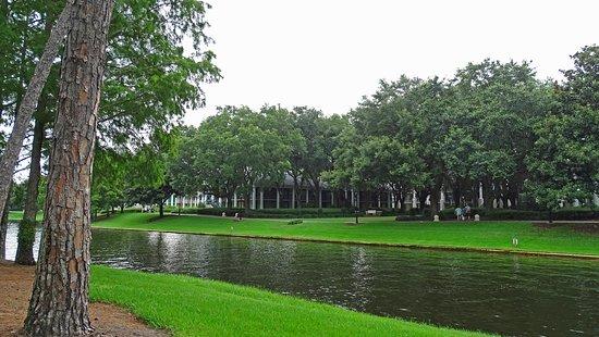 Disney's Port Orleans Resort - Riverside: Walkway along the river
