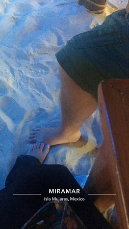 Miramar: Dinner with toes in the sand!!