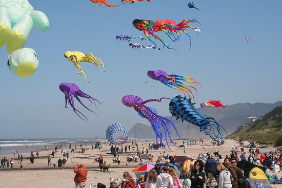 See some of the world's largest kites at the Lincoln City Kite Festivals