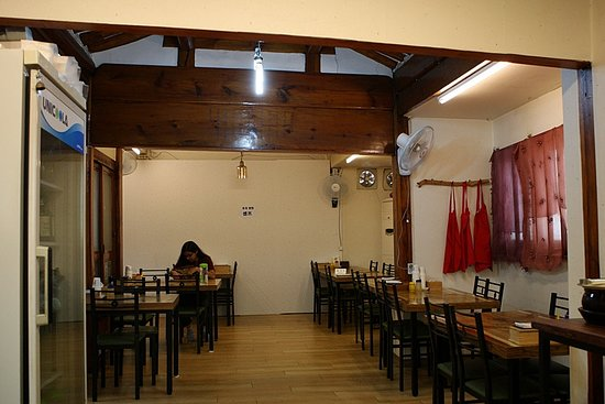 Bongpyeong Buckwheat Noodles: 봉평막국수 실내 전경