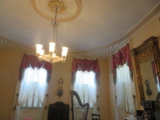 Superb ceiling molding feature