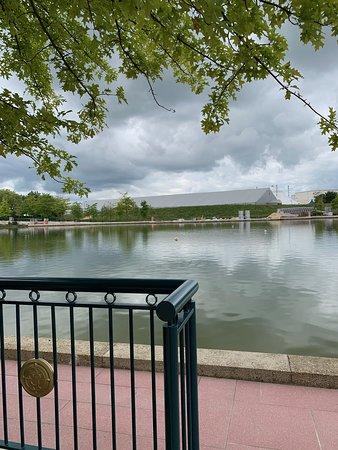 منطاد بحيرة قرية ديزني
