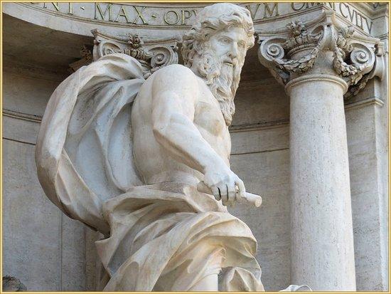 تمثال آله البحر الأسطوري للرومان بوسط النافورة الجميلة