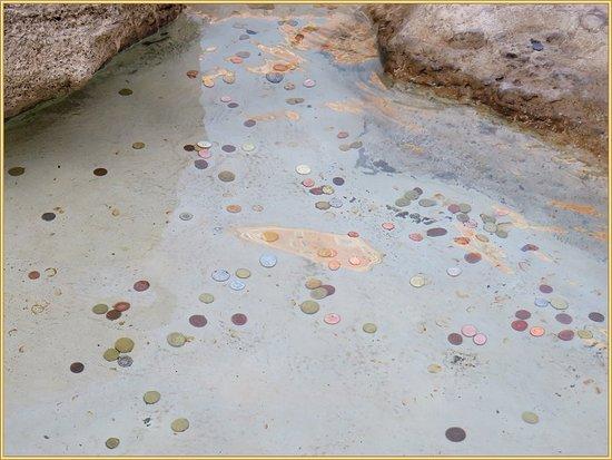 النقود المعدنية التي يرميها الزوار للإمنيات في حوض النافورة