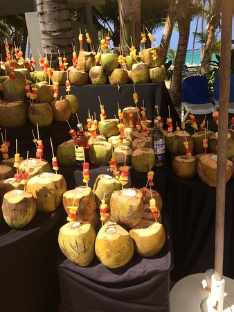 Hotel Riu Palace Bavaro: Coconut day by the pool