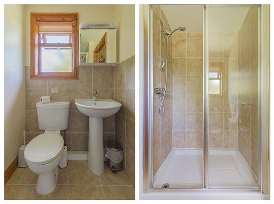 Herrington Park Holiday Log Cabins York: En suite shower room