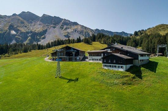 Berghotel Rossweid: Das Berghotel / Erlebnis-Restaurant Rossweid im Sommer - Anreise mit der Gondelbahn Rossweid