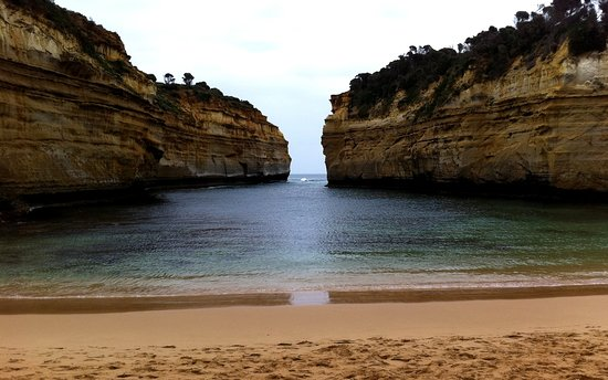 Great Ocean Road, Australia: Cove with narrow inlet