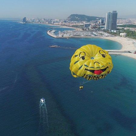 parasailing en el cielo de barcelona