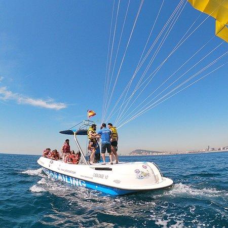 barco de parasailing con velocidad en barcelona
