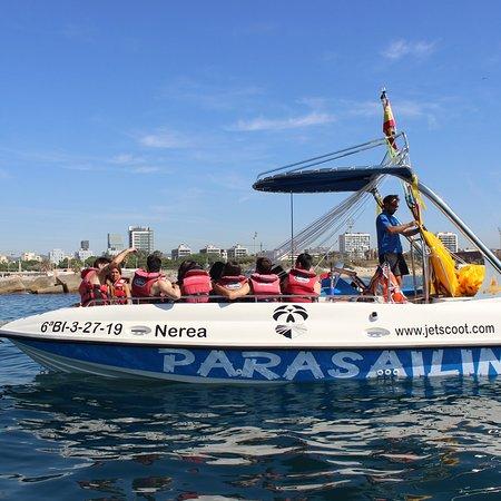 clientes de jetscoot en el barco de parasailing en barcelona