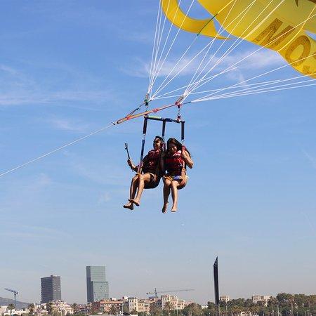 dos personas en parasailing con Jetscoot